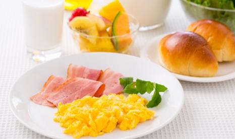 朝⾷を摂る